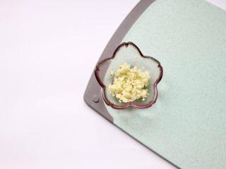 凉拌金针菇~简单快手,蒜瓣剁碎备用