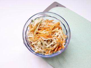 凉拌金针菇~简单快手,再加半汤匙翻拌均匀即可