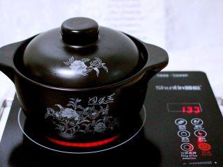 剩米饭也有春天(海鲜杂蔬粥),盖上锅盖转小火慢慢炖煮10分钟左右