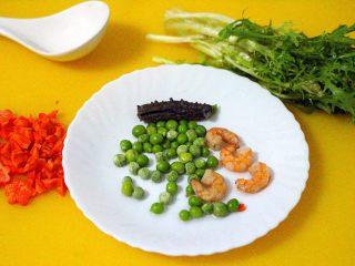 剩米饭也有春天(海鲜杂蔬粥),胡萝卜切丁或用模具刻花、苦苣摘洗干净、青豆提前化开、虾仁洗净煮熟