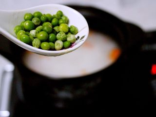 剩米饭也有春天(海鲜杂蔬粥),打开锅盖加入青豆