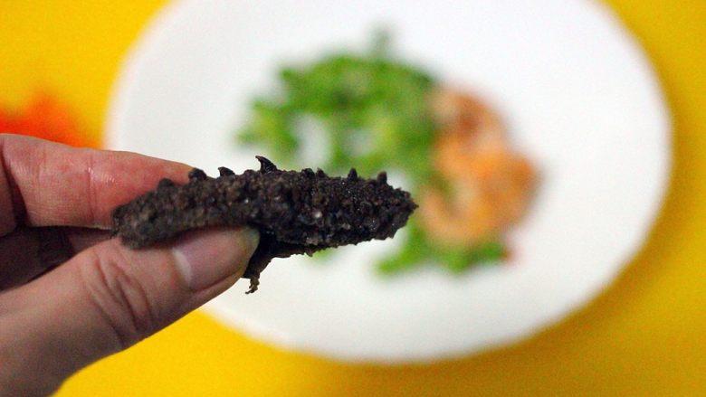 剩米饭也有春天(海鲜杂蔬粥),海参的肚子用剪刀剪开、去掉多余的沙粒后洗净备用