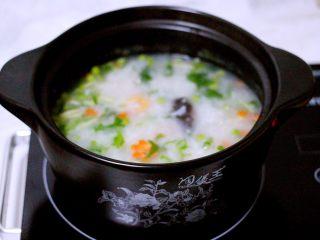 剩米饭也有春天(海鲜杂蔬粥),淋上芝麻油即可关火