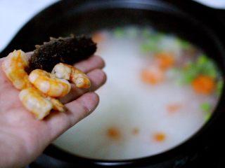 剩米饭也有春天(海鲜杂蔬粥),再放入煮熟的虾仁和洗净的海参