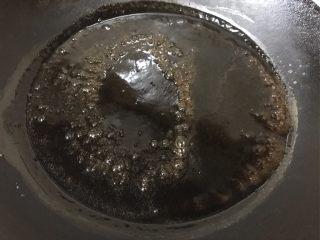 仙草芋圆,凉粉:150g常温水加入50g凉粉粉搅拌均匀,锅中放入1000g水烧开,倒入搅拌好的凉粉糊,边搅拌边小火煮两分钟