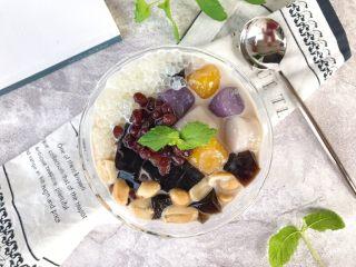 仙草芋圆,碗中放入仙草、芋圆、西米、牛奶、炼奶,最后撒上蜜豆和花生即可