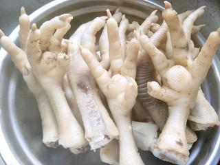 红烧鸡爪,鸡爪的血水烫干净以后捞出
