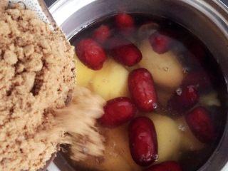 红枣番薯糖水~#冬喝暖饮夏吃冰#,再加入红糖,小火慢煮15~20分钟左右。