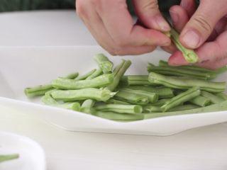 干煸豆角,豆角清冼干净,用手掰成段,撕本细丝。