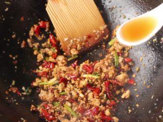 干煸豆角,淋入料酒,也可少量加水,使物料呈润泽状。