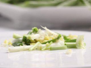干煸豆角,姜剁细碎,葱切段,蒜剁成蓉,混合放盘中备用。