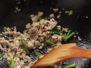 干煸豆角,肉糜炒细碎,加入葱姜蒜末翻煸出香味。