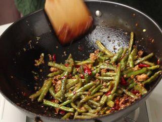 干煸豆角,加入煸好的豆角翻炒1分钟。