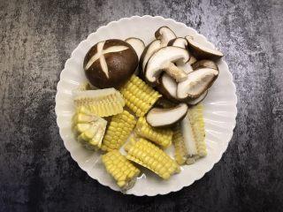 筒骨菌菇汤,香菇切片,玉米切小块