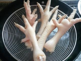 卤鸡脚,捞出备用用。