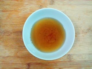 羊油香飘羊排汤,稍微凉的,把油过滤到碗里