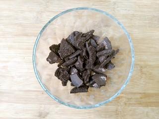 奥利奥酸奶盆栽,先用手把饼干掰碎放入碗中。