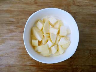 奥利奥酸奶盆栽,把苹果放入放好酸奶的杯子里。