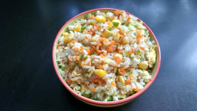 五彩炒饭,准备一个小碗,将米饭盛入碗中,并用勺压实。