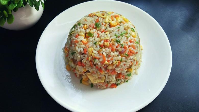 五彩炒饭,将一个盘子倒扣于碗上,米饭装盘,漂亮吧!