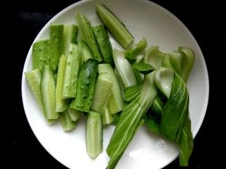 麻辣香锅,黄瓜切条,油菜掰开洗净