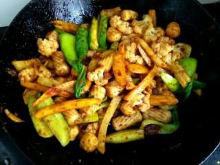 麻辣香锅,把所有的食材全部翻炒均匀即可关火出锅