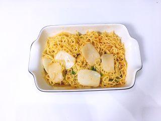 芝士年糕拉面 泡面花样吃,让泡面均匀吸收汤汁后捞出装碗