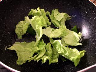 芝士年糕拉面 泡面花样吃,锅里放入少许油,将青椒,白菜放进去翻炒