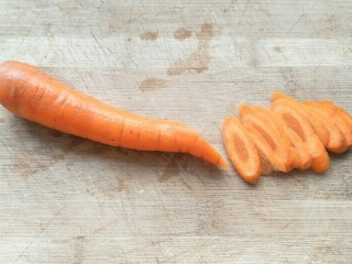 黄瓜胡萝卜拌粉丝,胡萝卜洗净后先切薄片。
