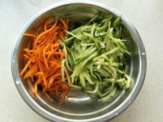 黄瓜胡萝卜拌粉丝,把切好的黄瓜丝放入盆中。