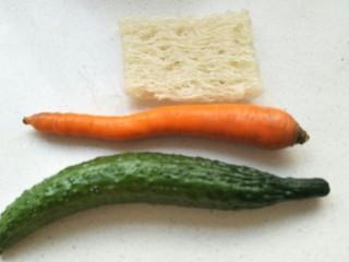 黄瓜胡萝卜拌粉丝,准备食材:米粉丝一块,黄瓜一个,胡萝卜一个。