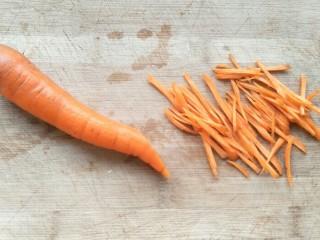 黄瓜胡萝卜拌粉丝,然后再切成细丝。