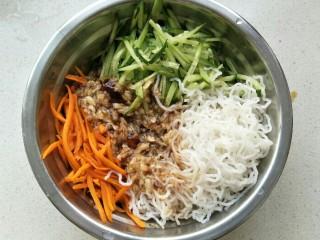 黄瓜胡萝卜拌粉丝,把调好的汁倒入放米粉丝,胡萝卜丝,黄瓜丝的盆中拌匀即可。