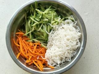 黄瓜胡萝卜拌粉丝,把泡好的米粉丝也放入盆中。