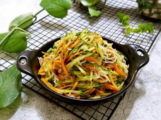 黄瓜胡萝卜拌粉丝,装盘即可上桌。