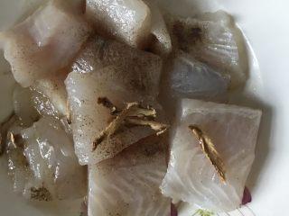 番茄龙利鱼,把龙力鱼切块放入橄榄油、胡椒、生姜腌制15分钟。