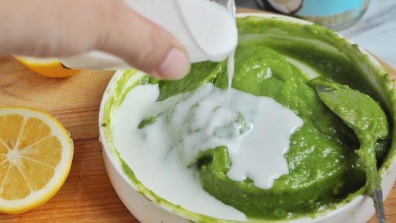牛油果冰淇淋,再加入60ml的椰浆(当然也可以加入其它的全脂奶)。