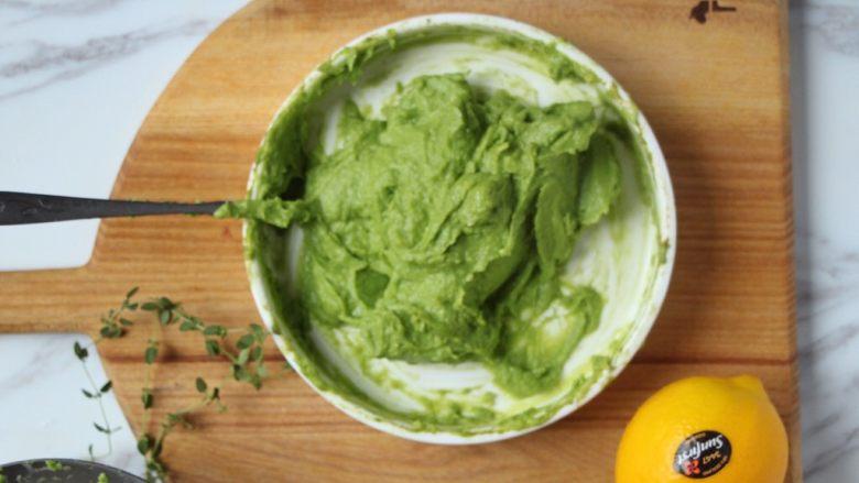 牛油果冰淇淋,将牛油果用勺捣成泥,或者用料理机搅成泥。