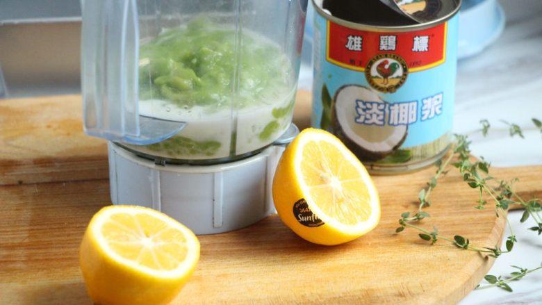 牛油果冰淇淋,再加一小撮盐,挤些许柠檬汁,然后用料理机搅打顺滑。这里用料理机牛油果和椰浆比较能迅速融合。