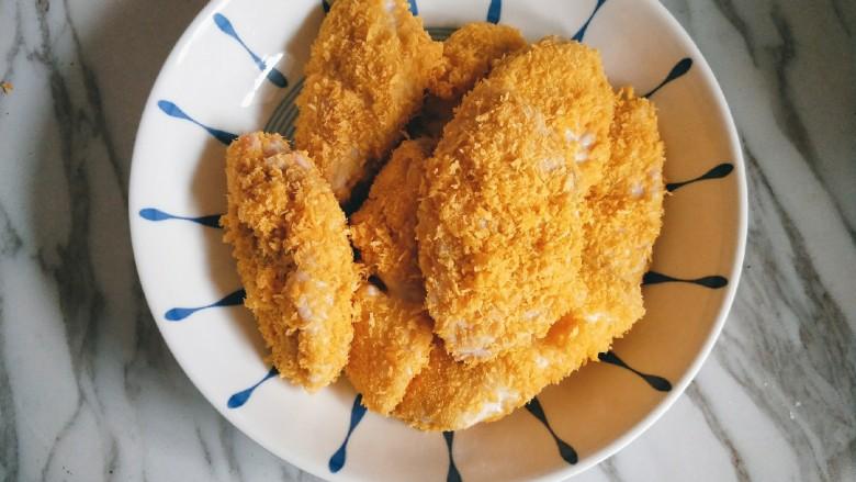 香酥炸鸡翅,所有鸡翅经过二次裹蛋液和裹面包糠后备用。
