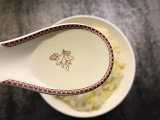 肉松寿司,米饭不烫手后放入适量盐,寿司醋搅拌均匀