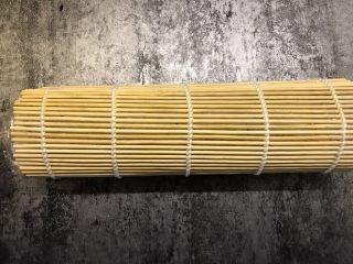 肉松寿司,往里面卷,卷的时候注意撕开保鲜膜,一边撕一遍捏紧米饭