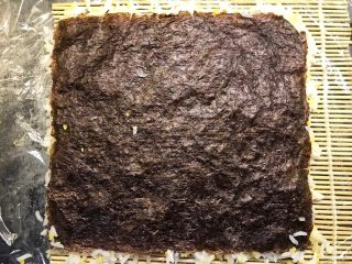 肉松寿司,铺上一张海苔