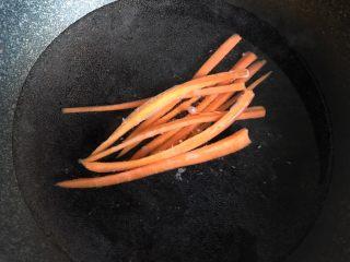 肉松寿司,胡萝卜放锅里面煮熟