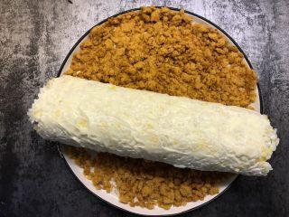 肉松寿司,涂好沙拉酱后裹上一层肉松