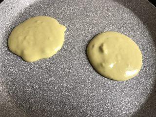 牛油果松饼,平底锅小火加热,用汤勺舀一勺从高处慢慢滴入平底锅中