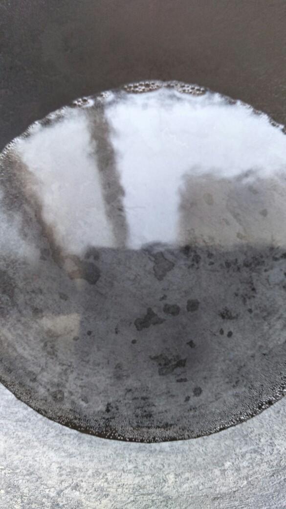 滋补海参汤,锅中倒入纯净水,开火