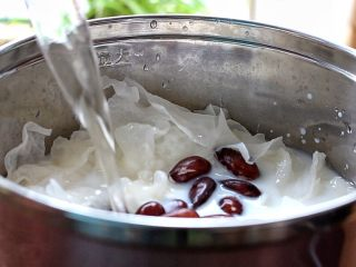 牛奶杏仁银耳,再倒入少许清水