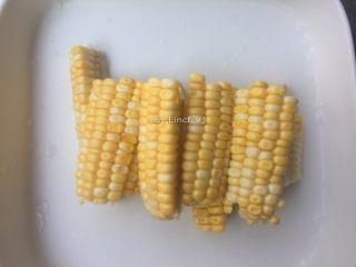 筒骨菌菇汤,玉米洗净后切小,待用