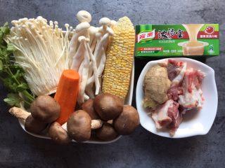 筒骨菌菇汤,准备食材: 筒骨3块、金针菇1小把、白玉菇1小把、鲜香菇8个、玉米1个、胡萝卜半个、香菜3棵、生姜1块、家乐浓汤宝2块